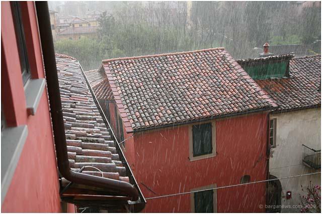 spring-weather-plant-trimming-piazza-salvi-barga-002